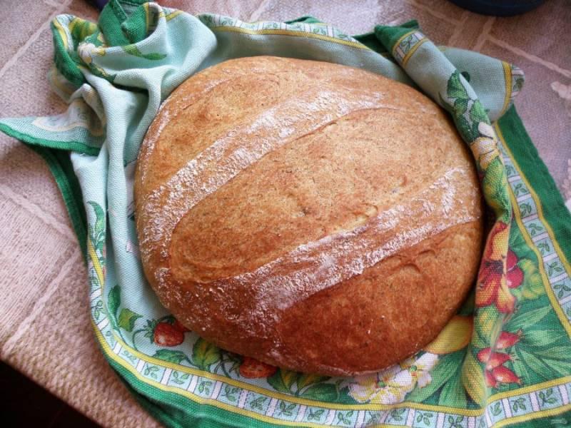 Выпекать в разогретой до 220 градусов духовке до схватывания корочки, затем убавить нагрев до 200 и допечь до готовности. Проверить готовность хлеба можно, постучав костяшками пальцев по дну каравая – звук должен быть глухим, а хлеб очень легким.  Дать хлебу остыть, накрыв льняным полотенцем. Лучше, если хлеб полежит несколько часов – так  его вкус станет ярче.