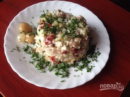 И сервируем салат. Можно подать каждому порцию салата, украсив свежей зеленью и грибочками.