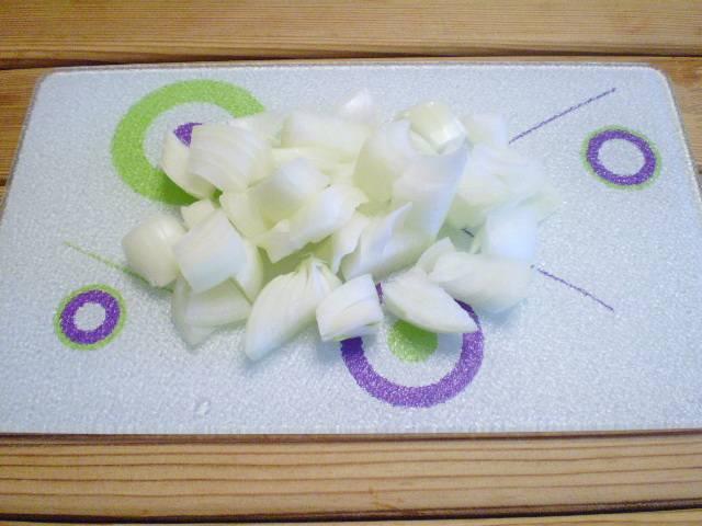 3. Лук репчатый порезать кубиками.
