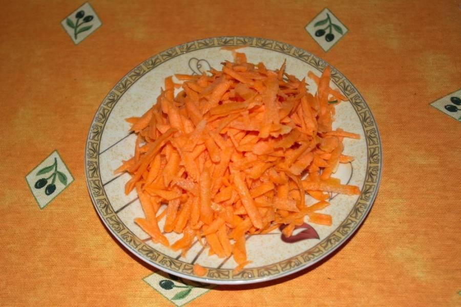На крупной терке натрите морковь.