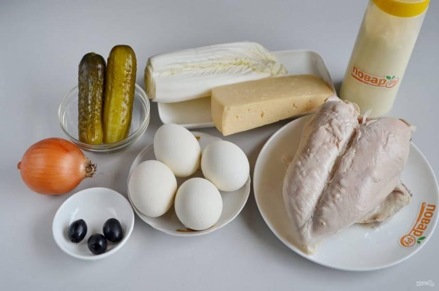 1. Подготовьте продукты для салата. Отварите куриную грудку с солью и специями, также отварите яйца, остудите. Очистите лук. Приступим!