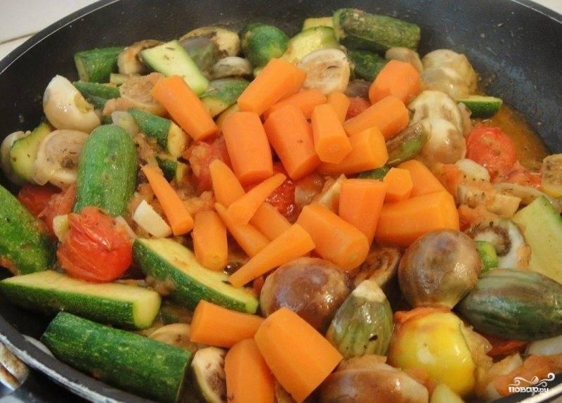 Затем добавляем нарезанную на небольшие часть морковь. Солим, перчим, приправляем по вкусу. Накрываем овощи крышкой и тушим на очень медленном огне в течении 30 минут.