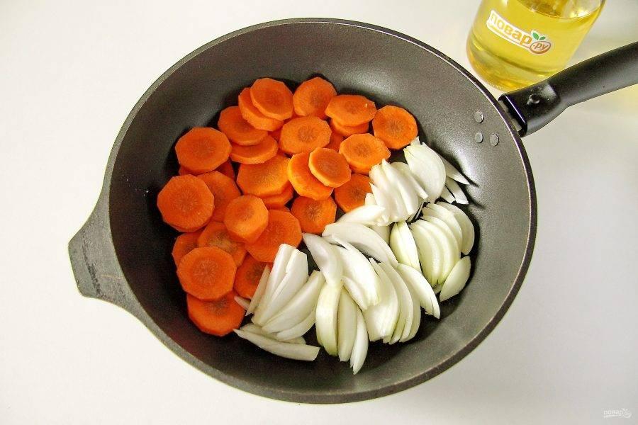 Лук нарежьте перьями, морковь нарежьте крупной соломкой или кружочками.