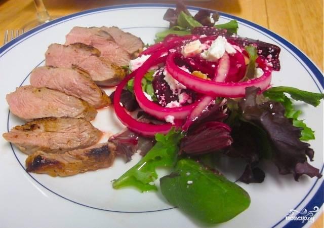 Готовое филе утиной грудки без кожи подавать советую с легким овощным салатом, зеленью и помидорами, например. Отлично сочетается с красным вином! Приятного аппетита!