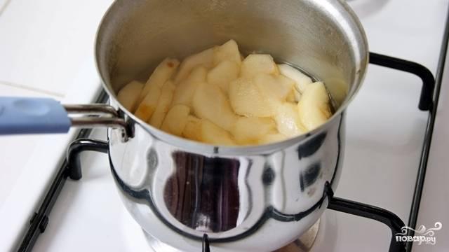 Выкладываем пластинки яблок в сироп и варим минуты 2-3. Они не должны перевариться, нам нужно, чтобы они стали мягкими и легко сгибались.