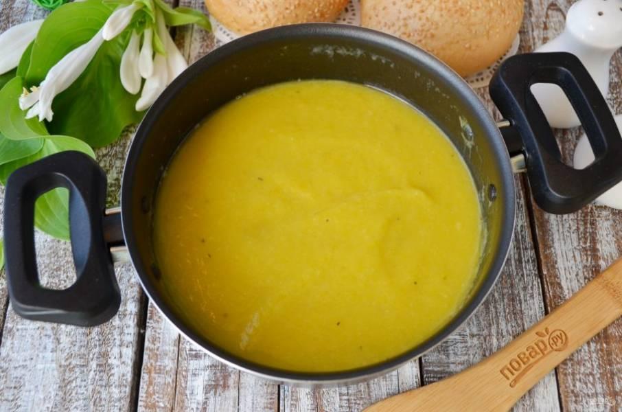 Перемешайте, доведите суп до кипения и снимите с огня. Готово!