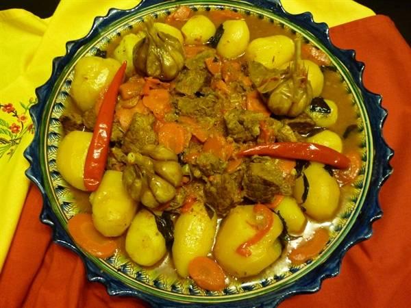 Красиво выкладываем блюдо на тарелку. Картофель и перец стручковый отдельно, по центру - мясо и овощи. Приятного аппетита!