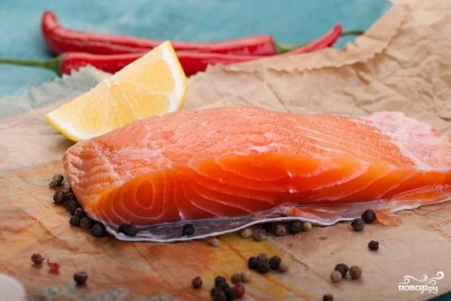 Готовое маринованное филе лосося перед употреблением следует промыть и промокнуть бумажным полотенцем. Нарезайте рыбу тонкими ломтиками и подавайте с гренками, тостами, сливочным маслом и зеленью. Приятного аппетита!