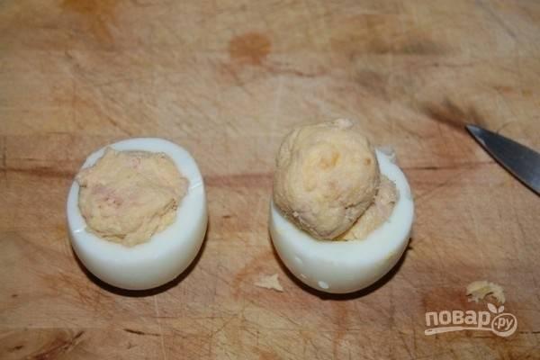 5.Наполните эту часть белка начинкой, сверху установите шарики из начинки.