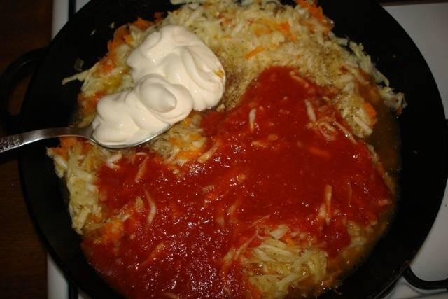 Теперь добавьте тертую мякоть кабачков, измельченный чеснок, томатную пасту, сметану и бульон. Кипятим соус 5 минут.