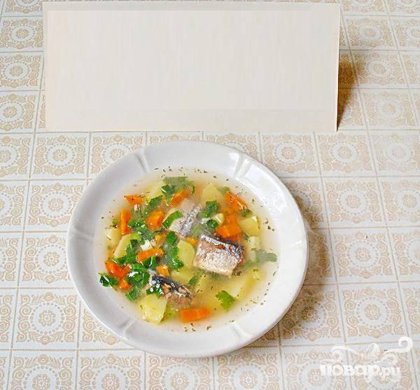 6. Молотый перец черный и соль добавляем по вкусу, на очень маленьком огне даем минуты две покипеть. Затем выключаем. Суп готов.