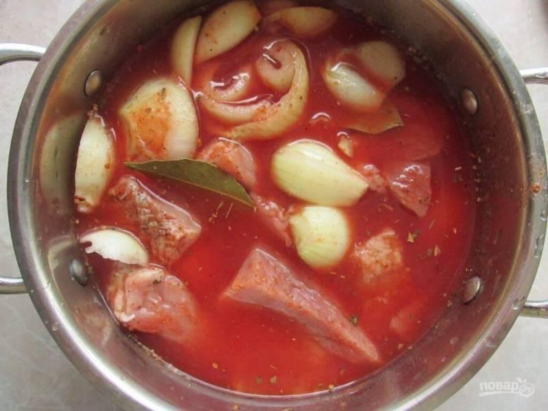 4. Поместите лук в кастрюлю, приправьте паприкой, кориандром, солью и перцем по вкусу, залейте все томатным соком и поместите в маринад мясо на день.