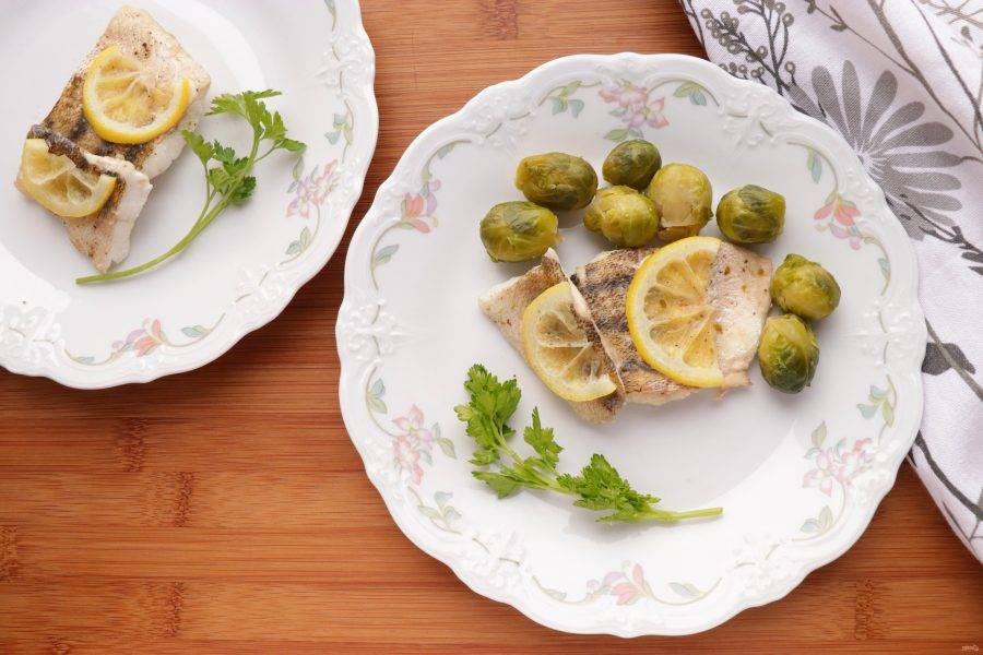 Включите пароварку и готовьте судака в течение 20 минут. Готовую рыбу подавайте с отварными овощами и свежей зеленью. Приятного аппетита!