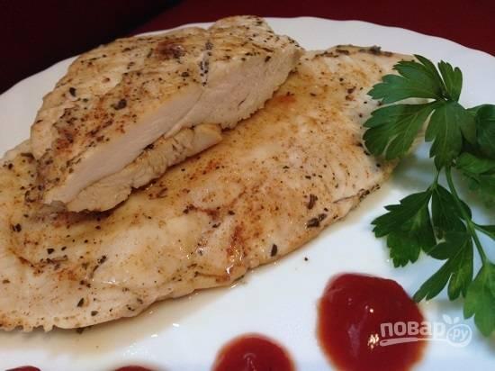 Мясо получается ароматным, сочным и диетическим, ведь жарили мы его без жира.