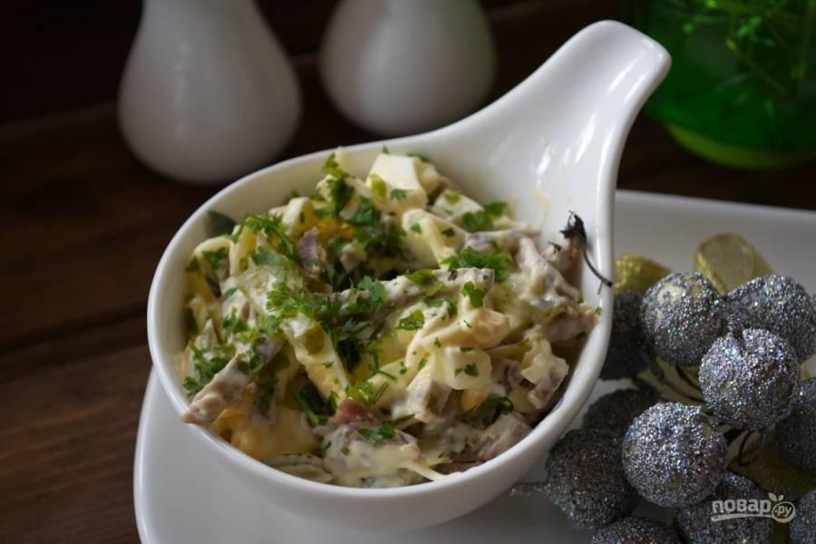 Попробуйте отведать салат и вы, приготовив его дома за какие-то 20 минут. Салат можно дополнить свежей зеленью.
