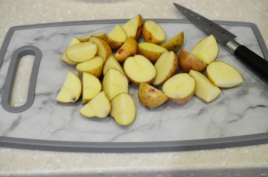 Картофель произвольно нарежьте. Молодой картофель можно не чистить.