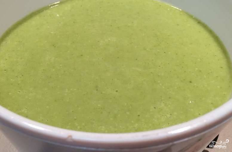 4. Затем выключаем суп и даем ему немного постоять. Далее погружным блендером все измельчаем. После этого можно довести суп до кипения и выключить.