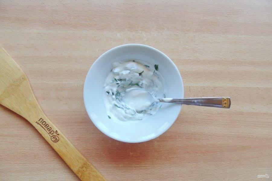 Перемешайте петрушку со сметаной.