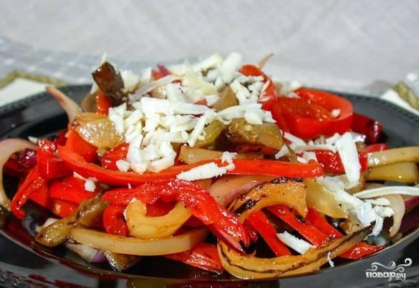 Смешайте перец, баклажан и мелконарезанный лук. Посолите салат. Перемешайте ингредиенты, а сверху засыпьте их натертым сыром. Приятного аппетита!