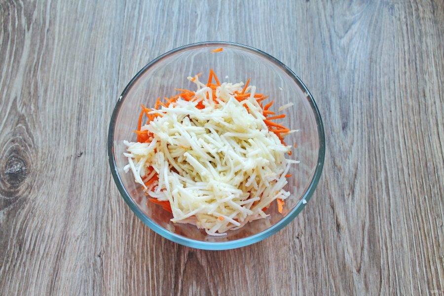 Яблоко нарежьте тонкой соломкой и добавьте  к овощам в салатнике.