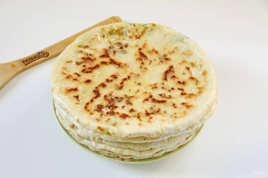 После обжаривания каждую лепешку смазывайте сливочным маслом, особое внимание уделяя краям. Балкарские хычины готовы.