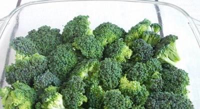 Форму для запекания смазываем растительным маслом, выкладываем в нее брокколи.