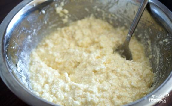 В творожно-банановый микс вмешайте яйцо с сахаром.