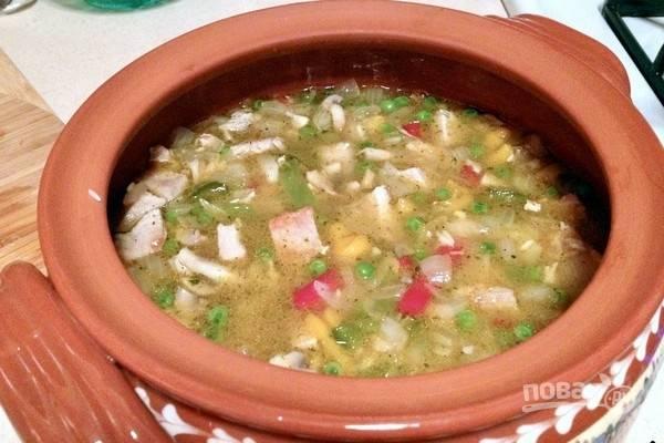 Добавьте 2 стакана воды или больше, чтобы покрыть все ингредиенты. Добавьте соль, перец, остальные специи, перемешайте. Накройте посуду крышкой и поместите в заранее нагретую до 180 градусов духовку, готовьте плов в течение часа.