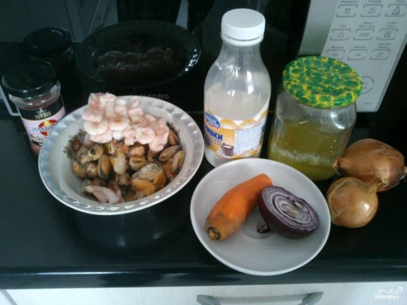 Подготовьте все продукты, которые вам понадобятся для вашего будущего супа. Мидии и креветки разморозьте, вымойте и почистите их. Подготовьте лучок и морковь, очистите остальные овощи.