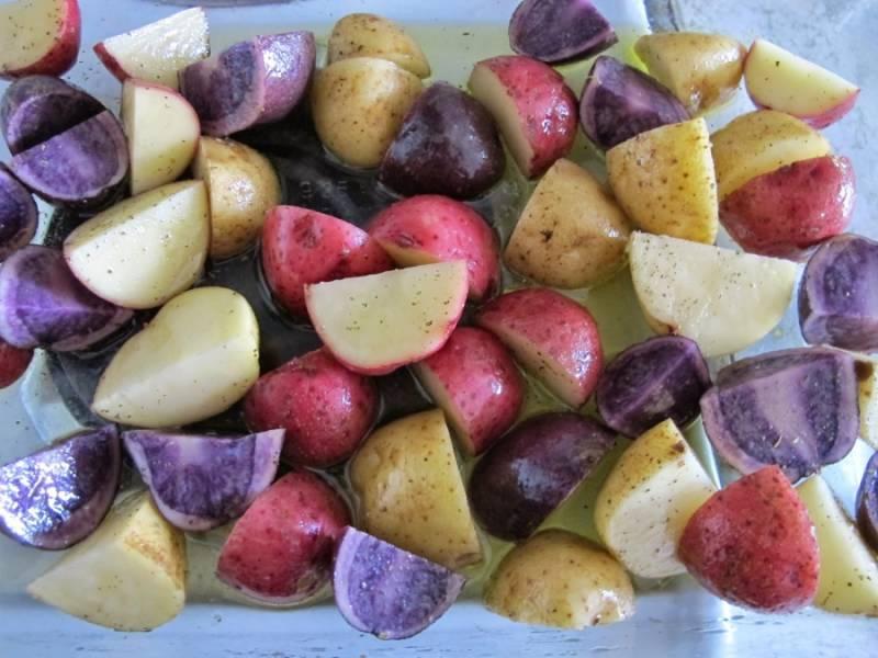 Порежьте картошку на 4 части.