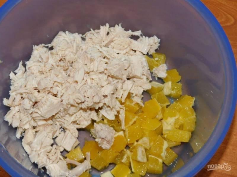 Добавьте к апельсину нарезанное куриное филе.