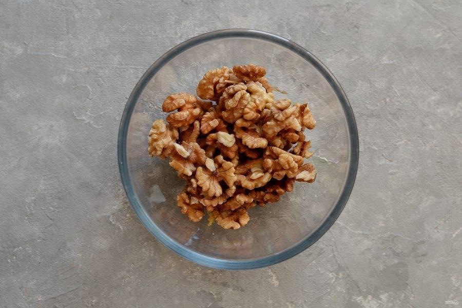 Промойте в холодной воде грецкие орехи.