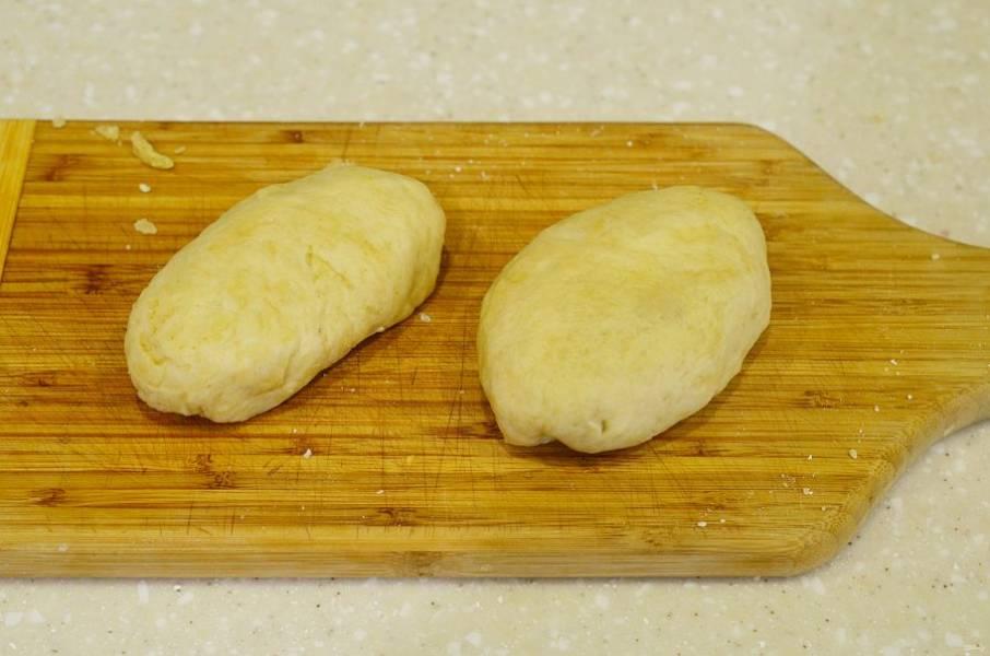Формируйте пирожки, добавляя начинку.