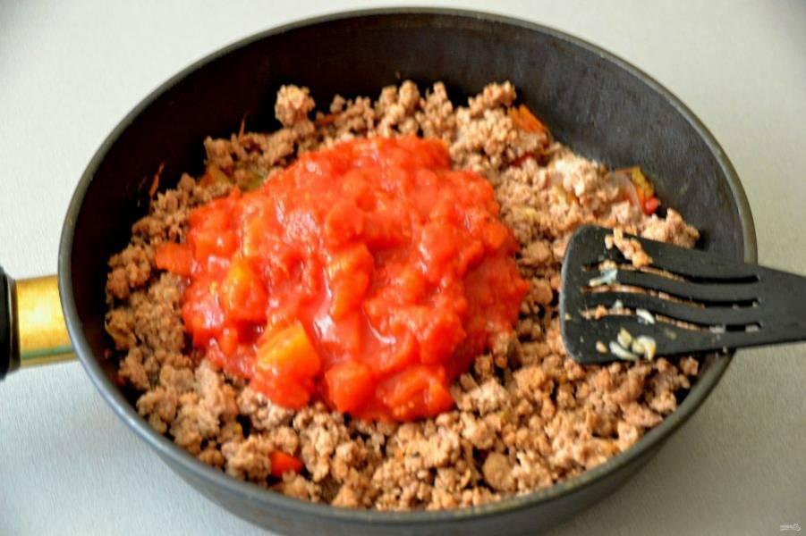 Выложите на фарш томаты и тушите под крышкой в течение 5 минут.