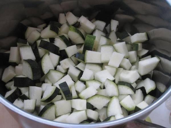 Если у вас молодые кабачки, и семена у них еще не сформировались, то их просто моем и нарезаем кубиками. У зрелых кабачков удаляем семена и снимаем кожицу.