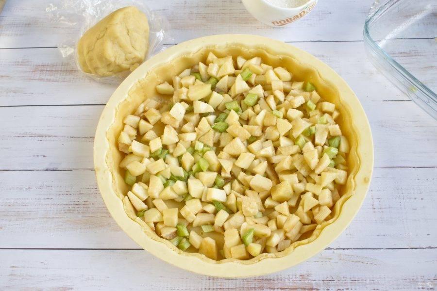 5.     Сверху выложите начинку из ревеня и яблок.