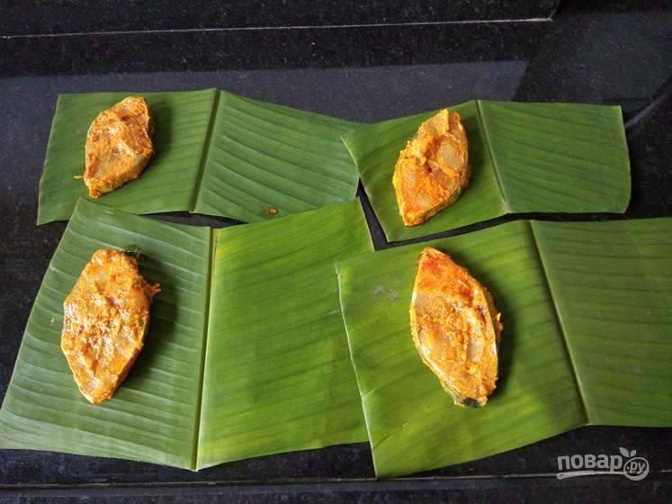 3. Поместите рыбу на банановый лист.