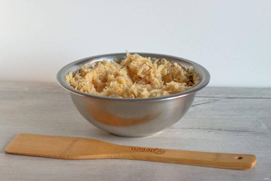 Добавьте манку, яйцо, соль и специи по вкусу. Всё перемешайте и дайте массе 5 минут постоять.