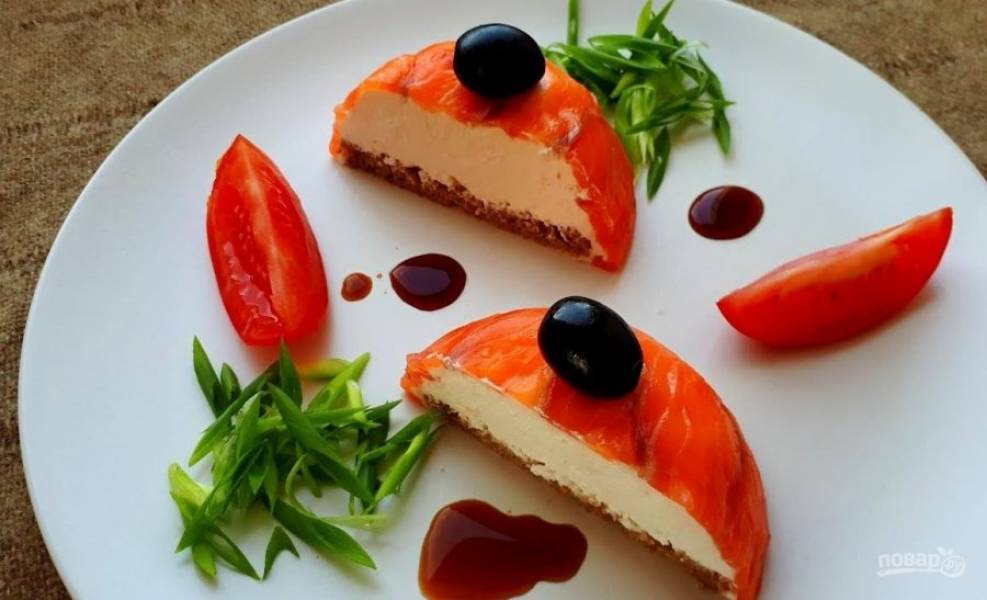3.  Заверните края лосося к центру, разровняйте поверхность и отправьте в холодильник на несколько часов. Перед подачей аккуратно выньте закуску из формы. Приятного аппетита!