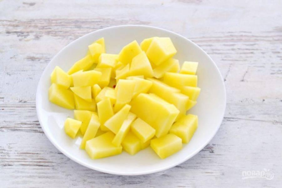 Картофель нарежьте кубиком и поставьте варить на средний огонь. Если у вас есть бульон, можете использовать его, так суп будет еще насыщенней.