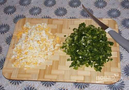 4. Яйца отварите вкрутую, остудите и очистите. Вместе с луком измельчите.