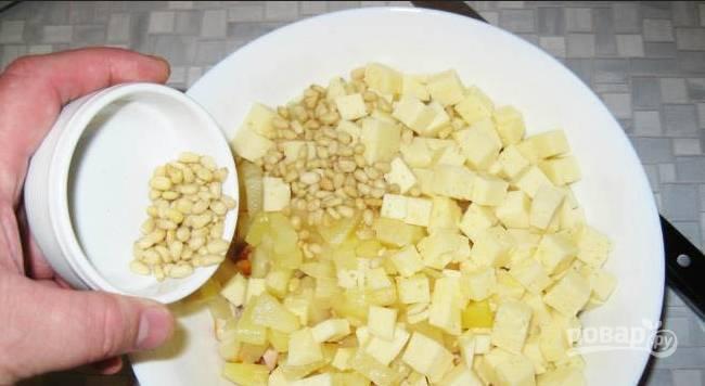 4. Перемешаем, добавим измельченный мелко чеснок - и вновь перемешаем.