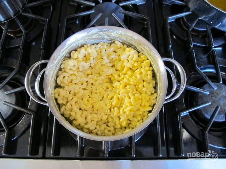 4. Затем соус перемешайте с макаронами. Также добавьте йогурт и натрите сыр.