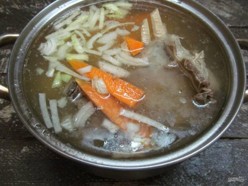 Когда мясо уже сварится, достаньте из бульона лук и морковь - морковь я оставила. Опустите подготовленные овощи - картофель, лук и морковь. Варите минут 15 после закипания.