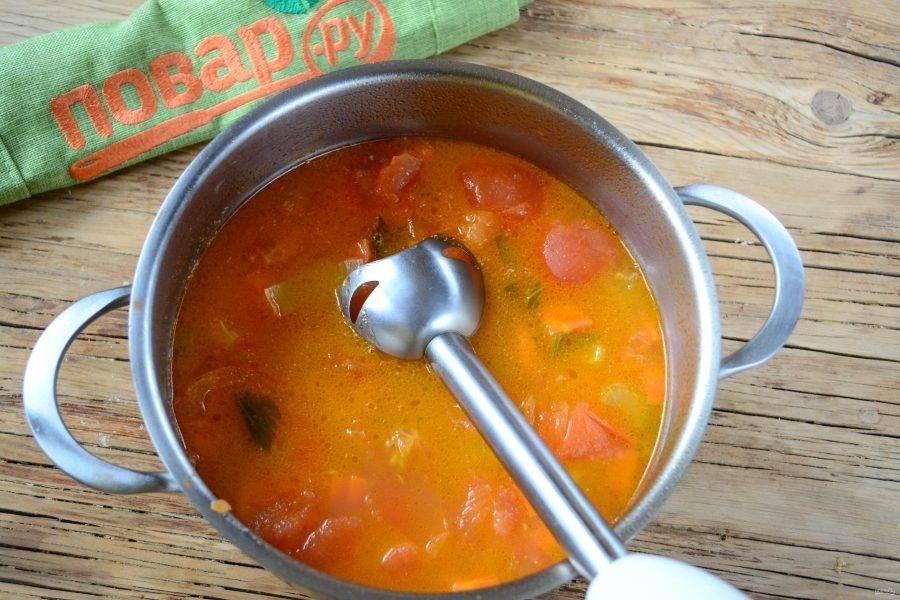 Если помидоры не слишком сочные, то добавьте немного воды. Посолите суп по вкусу, по желанию добавьте перец. Готовьте суп в течении 20-25 минут, пока все овощи не станут мягкими. Затем пюрируйте суп с помощью погружного блендера.