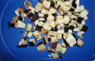Сверху засыпаем баклажаны, порезанные кубиками.