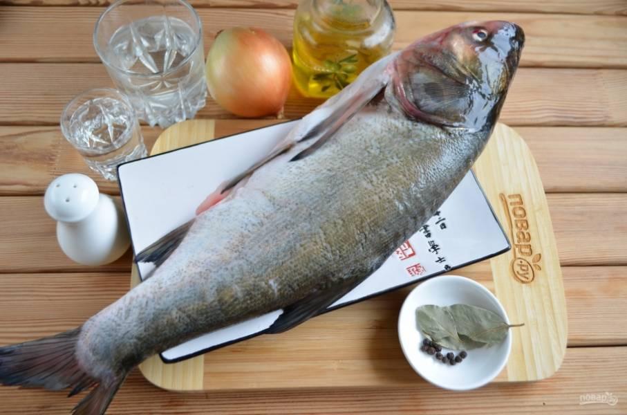 Подготовьте продукты. Рыбу нужно очистить от внутренностей и чешуи. Очень тщательно промойте её внутри и снаружи.