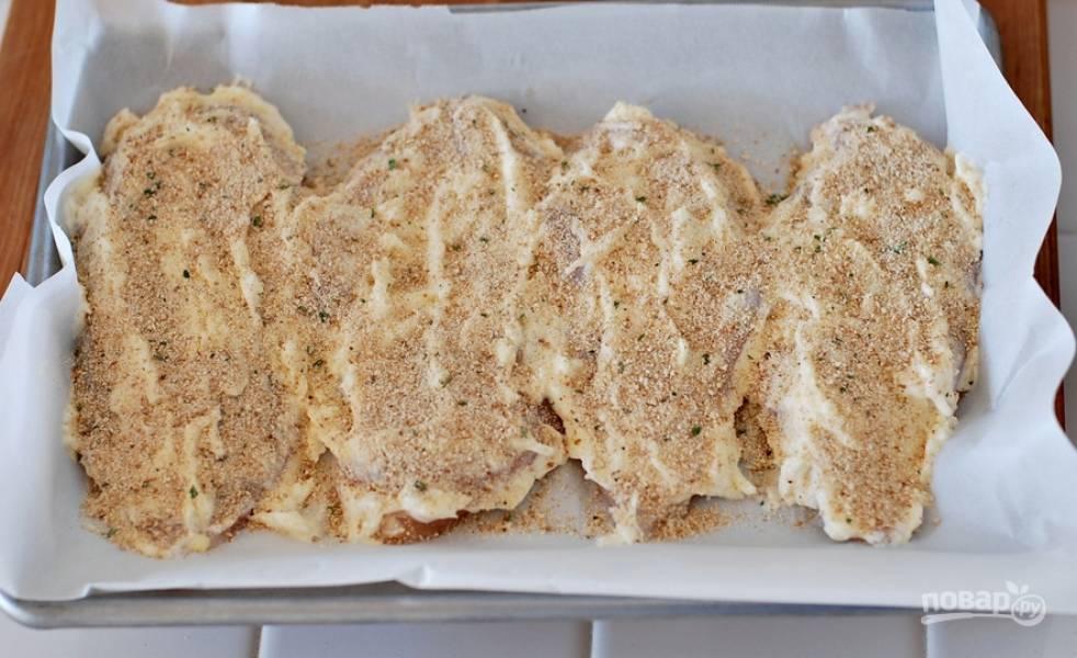 2. Дальше просто посыпаем тертым сыром и специями и отправляем блюдо в духовку.
