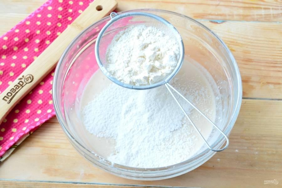 Затем добавьте оставшийся сахар, яйцо, просейте немного муки. Хорошенько перемешайте.