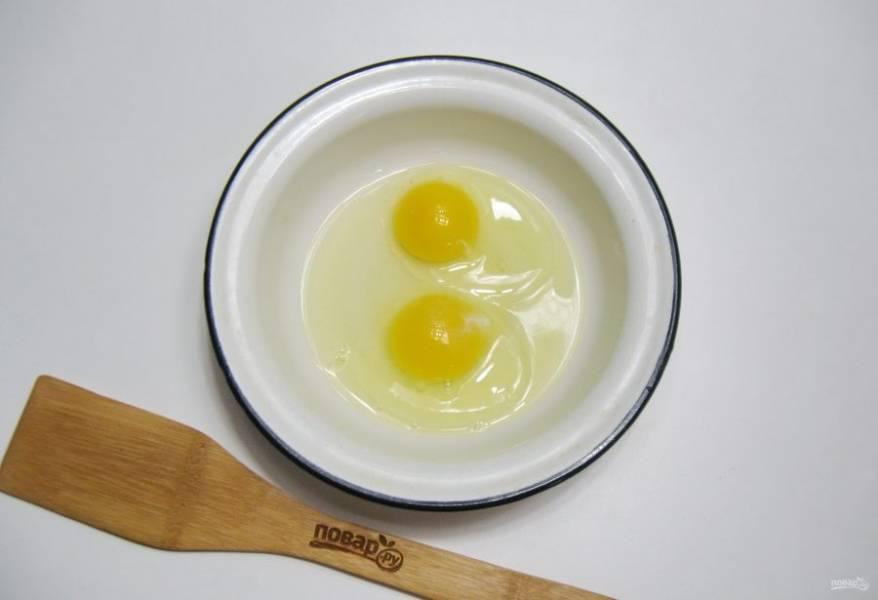 Яйца разбейте в миску.